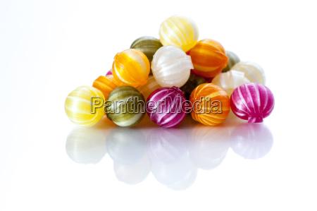 bunte bonbons vor weissem hintergrund
