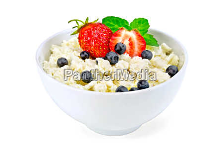 curd in bowl with strawberries and