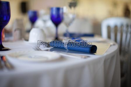 blaue serviette detail auf einem hochzeitstisch