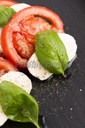 caprese salat mit mozzarella tomaten basilikum