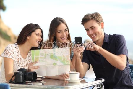 gruppe von jungen touristen freunde beratung