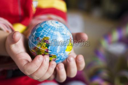 weltenkugel in kinderhand