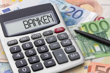 taschenrechner mit geldscheinen banken