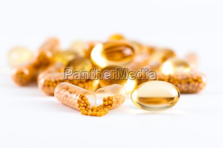 vitaminkapseln und omega 3 kapseln auf