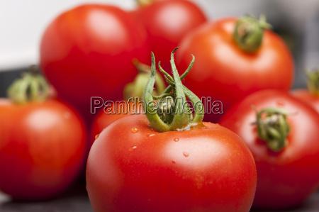 tomaten auf einer schieferplatte