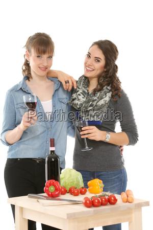 freundinnen trinken ein glas wein zusammen