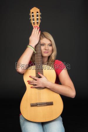 nachdenkliches maedchen mit gitarre