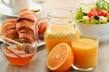 fruehstueck mit kaffee orangensaft croissant gemuese