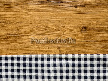 holztisch und blaue tischdecke