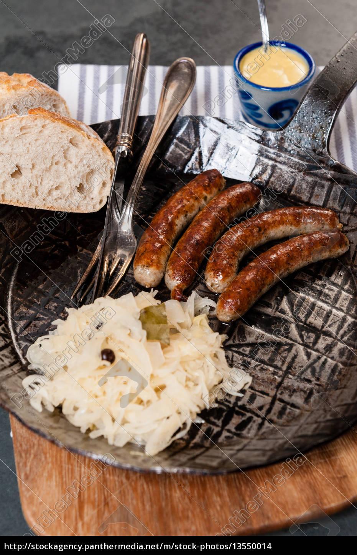 rostbratwürste, mit, sauerkraut, in, einer, pfanne - 13550014