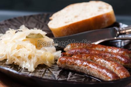 rostbratwürste, mit, sauerkraut, in, einer, pfanne - 13550018