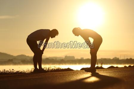 erschoepft und muede silhouetten fitness paar