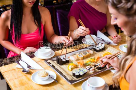 junge, leute, essen, im, china, restaurant - 13558008