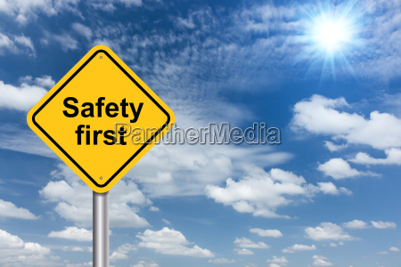 sicherheit erstes zeichen banner und wolken