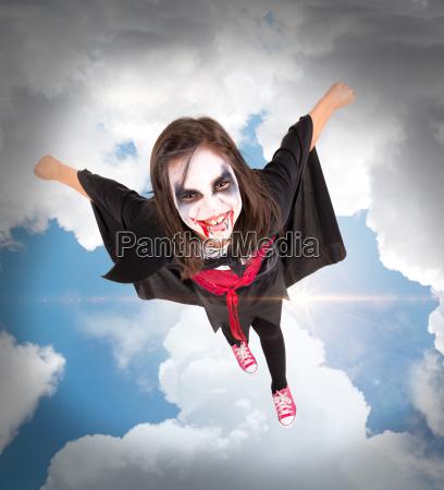 maedchen im halloween vampir kostuem