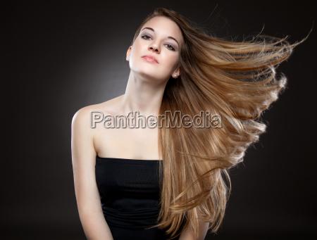 schoene frau mit langen haaren