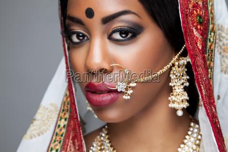 exotische indische braut gekleidet fuer hochzeit