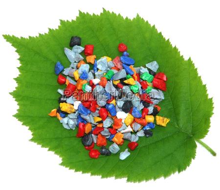 kunststoffmahlgut auf gruenem blatt