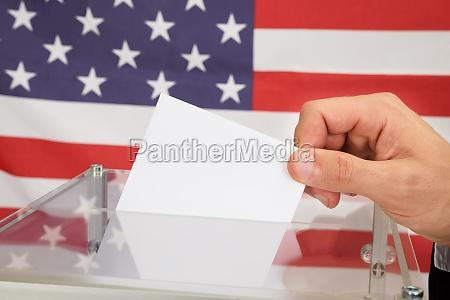 person giessen eines ballot vor der