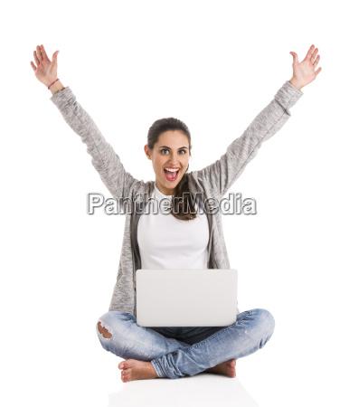 weibliche schueler mit einem laptop