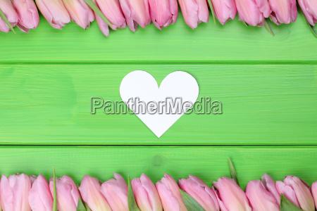rahmen aus tulpen blumen mit herz