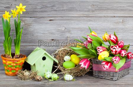 ostern dekoration mit ostereier wachteleier vogelhaeuschen