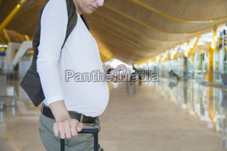 schwangere beruehrentelefon am flughafen