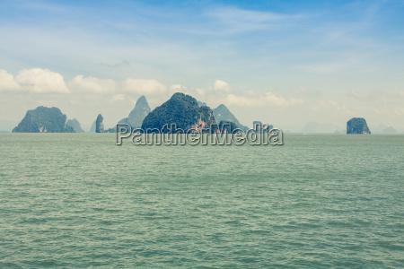 grosser felsiger berg im meer bei