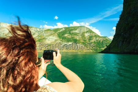 tourismus frau mit kamera auf dem