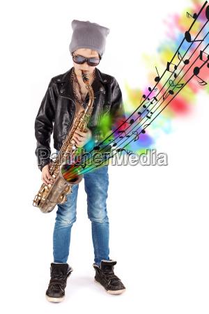junge mit saxofon und noten
