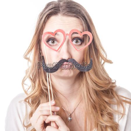 maedchen mit schnurrbart spielen verschiedene emotionen