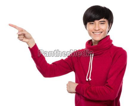 junger mann mit dem finger nach