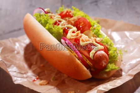 leckere hausgemachte hot dog serviert auf