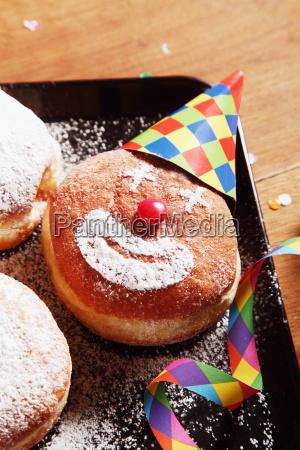 gezuckerte donuts mit clown gesicht und