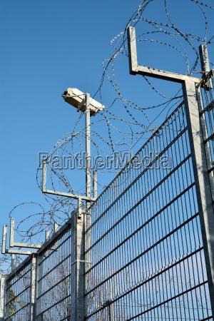 stacheldraht und videoueberwachung an einem privatgrundstueck