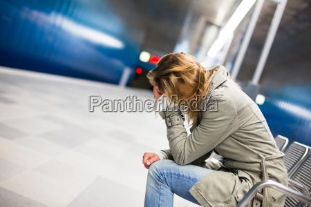 traurig und allein in einer grossen