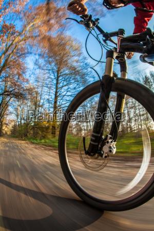 fahrradfahren in einem stadtpark auf einem
