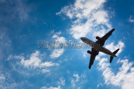 dunkle silhouette von einem flugzeug ueber