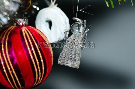 engel aus glas am weihnachtsbaum