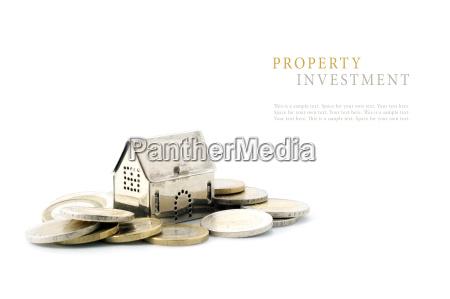 immobilieninvestitionen silber goldene haus modell auf