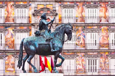 statue of king philips iii plaza