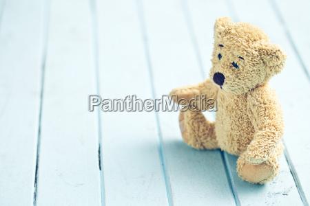 teddybaer auf blauem tisch
