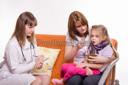 kinderarzt verschreibt behandlung kind dessen mutter