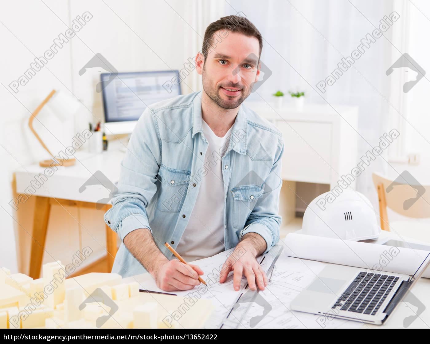 Junge Attraktive Architekt Im Buro Arbeiten Stock Photo