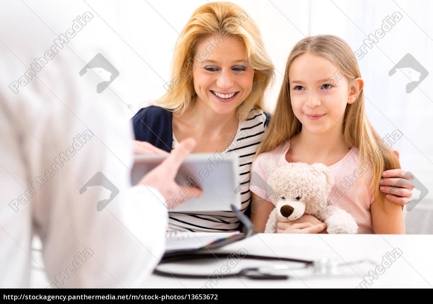 Kleines Mädchen Beim Arzt Mit Ihrer Mutter Lizenzfreies Foto