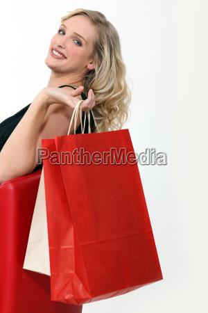 frau sass mit einkaufstueten
