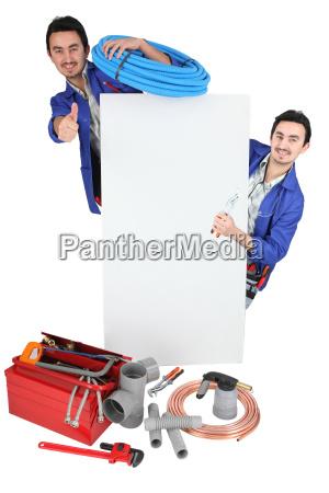 tradesman posiert mit seinen werkzeugen und