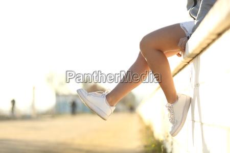 urbane teenagerbeine tragen sneakers