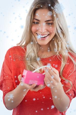 zlozony obraz blonde kobieta odkrywanie naszyjnik