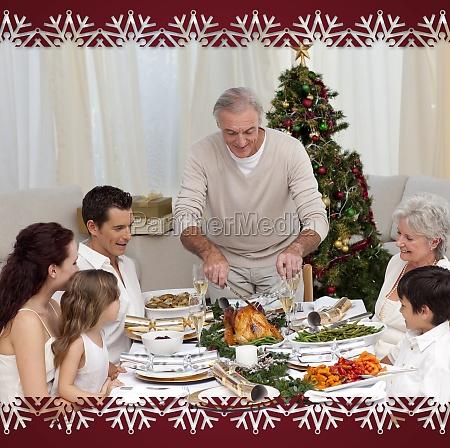 familie mit weihnachtsessen eating turkey